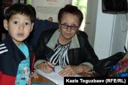 Ахмат, сын подсудимой Жанны Умировой, и ее 65-летняя мать Куляш Умирова, в фойе суда. Алматы, 7 июня 2017 года.
