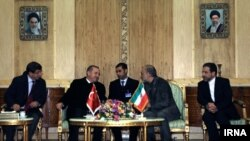 Türkiýäniň premýer-ministri Rejep Taýýyp Erdogan (çepden-saga ikinji) Eýranyň resmileri bilen gepleşik başynda. Tähran, 28-nji mart, 2012.