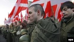 Прокуроры недовольны, что предметы обмундирования советской армии не были представлены на витринах; зато патриотически настроенная молодежь носит их на митингах