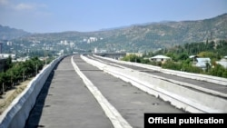 Строительство железной дороги, в результате которого в центре Тбилиси освободилось бы около 80 гектаров земли, должно было завершиться в июне 2013-го