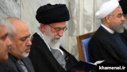 از راست: حسن روحانی، علی خامنهای و محمدجواد ظریف. آمریکا اخیراً از تحریم رهبر جمهوری اسلامی و وزیر خارجه ایران خبر داده است.