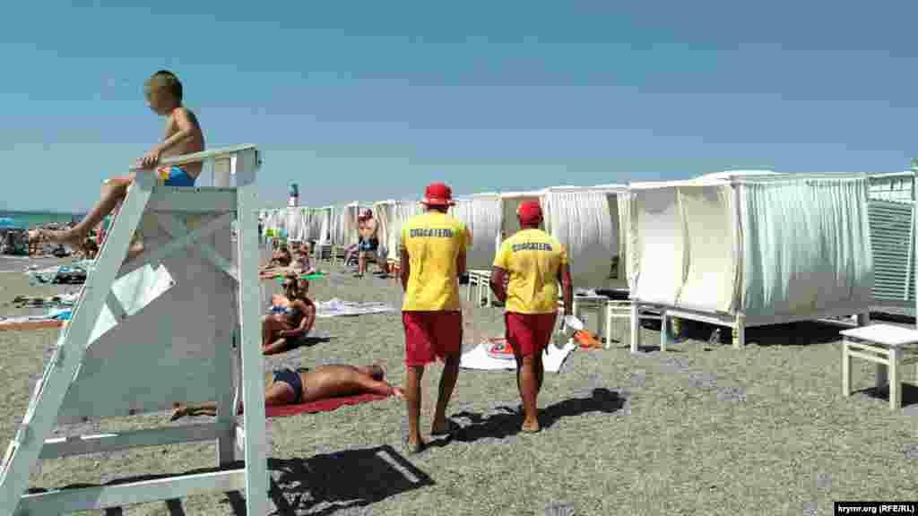 Спостережні пости для рятувальників стали розвагою для дітей. Самі ж рятувальники стежать за акваторією, прогулюючись уздовж берегової лінії. Рятувальних засобів, готових до термінового спуску на воду, ми на пляжі не побачили