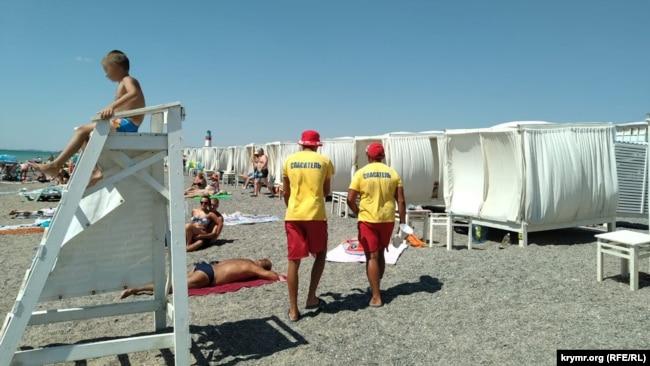 Спасатели на пляже «Палуба»