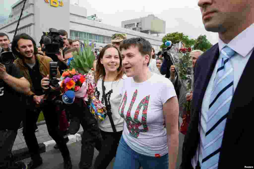 Надія Савченко поруч із сестрою Вірою в аеропорті Борисполя