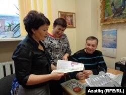 Рилия Закирова, Рәмзия Габбасова (уртада), Рөстәм Нуретдинов яңа журналны карыйлар