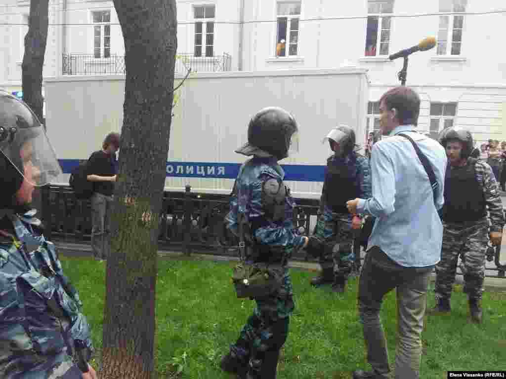 Полицейские препятствуют деятельности журналистов