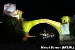 Podul legendar din Mostar, Bosnia-Herțegovina, luminat în cadrul unui eveniment numit Septembrie Auriu, pentru a crește nivel de conștientizare asupra cancerului în rândul copiilor. (Mirsad Behram, RFE/RL)