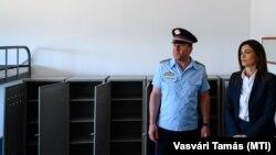 Varga Judit igazságügyi miniszter és Tóth Tamás vezérőrnagy, a büntetés-végrehajtás országos parancsnoka egy Veszprém megyei börtön új épületszárnyának átadásán 2020. július 13-án