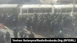 Бійці внутрішніх військ МВС біля будівлі парламенту, 21 лютого 2014 року