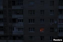 Жилой дом в Симферополе и свеча в одном из окон, вечер 24 ноября 2015 года