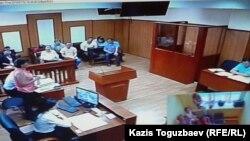 Суд по рассмотрению апелляционной жалобы делу о предположительно заказных публикациях о Казкоммерцбанке на оппозиционном сайте Nakanune.kz. Фото с монитора в зале для прессы. Алматы, 12 июля 2016 года.