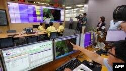 Представители Южной Кореи показывают на карте эпицентр сейсмической активности, вызванной, как сообщается, ядерными испытаниями Пхеньяна. 9 сентября 2016 года.