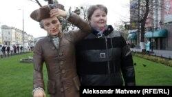 Людмила Тарасова у памятника Канту