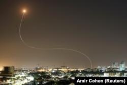"""След от противоракеты """"Железного купола"""", перехватившей ракету, выпущенную по израильскому городу Ашкелон"""