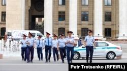 Полицейлер Алматыдағы Астана паркінің маңында жүр. 9 маусым 2019 жыл.