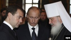 Президент Росії Дмитро Медведєв (зліва), російський прем'єр Володимир Путін (в центрі) і патріарх РПЦ Кирило. 13 січня 2009 р.