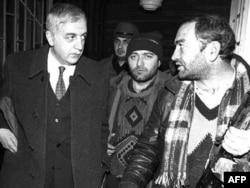 Звиад Гамсахурдиа со своими охранниками в бункере под зданием парламента Грузии. Тбилиси, 28 декабря 1991 года