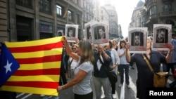 დემონსტრანტები ბარსელონის ქუჩებში აპროტესტებენ ესპანეთის უზენაესი სასამართლოს განაჩენს.