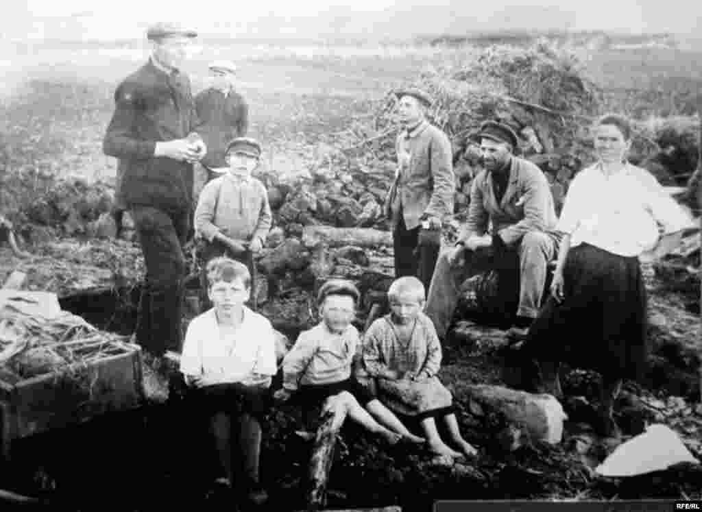 Розкуркулена сім'я біля землянки. с. Удачне на Донеччині, початок 1930-х років - Голодомор, голод, 1933