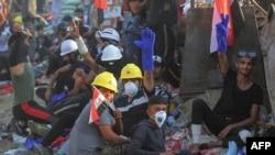 شماری از معترضان در بغداد، روز شنبه ۱۱ آبان