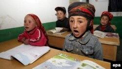 Синҗан-Уйгыр төбәгенең Ташкурган-Таҗик бүлгесендәге бер мәктәптә таҗик балалары кытай телен өйрәнә (архив фотосы)