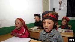 Шинжаң-Уйгур автономиялык районундагы мектептердин бириндеги башталгыч класстын окуучулары