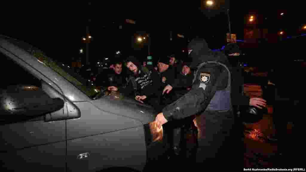 Но полицейские оттеснили их от проезжей части
