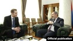 Николя Азнавур (слева) и Никол Пашинян, Ереван, 19 февраля 2019 г.