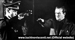 """Visconti """"Tanrının ölümü"""" filmində aktyora faşist salamı verməyi məşq etdirir."""