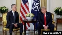 Donald Trump (sağda) NATO-nun Baş katibi Jens Stoltenberg ilə görüşdə, London, 3 dekabr, 2019-cu il