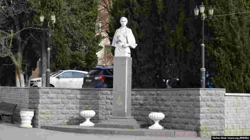 В 2004 году возле этого здания был открыт памятник Лесе Украинке работы севастопольского скульптораВ.Е. Суханова. Украинская писательница посещала городскую библиотеку, как и А.И. Куприн, В.В. Вересаев, Д.М. Мамин-Сибиряк, В.Г. Короленко, Л.В. Собинов