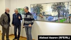 Алексей Уткин (сол жағында) әріптестерімен сөйлесіп тұр. Алматы, 7 желтоқсан 2018 жыл