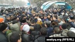Десятки жителей Алматы собрались в центре города, чтобы выразить недовольство девальвацией тенге. 15 февраля 2014 года.