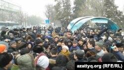Несанкционированный властями митинг против девальвации тенге. Алматы, 15 февраля 2014 года.
