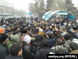 На акции протеста в Алматы 15 февраля 2014 года.