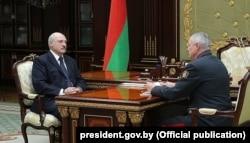 Аляксандар Лукашэнка і міністар унутраных справаў Ігар Шуневіч на сустрэчы 10 чэрвеня