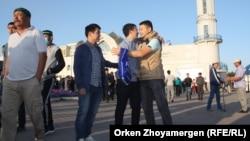 Молодые люди поздравляют друг друга с праздником Курбан-айт.
