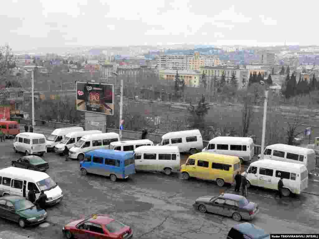 გაფიცულთა მიკროავტობუსები - რამდენიმე დღეა, რაც თბილისში სამარშრუტო მიკროავტობუსების მძღოლების საპროტესტო აქციები იმართება.
