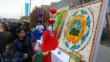 <p>Гүлден жасалған композицияларды тамашалап жүрген Шымкент тұрғындары. Шымкент, 18 қазан, 2014 жыл.&nbsp;</p>