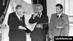 Прэзыдэнт УНР М. Плаўюк перадае паўнамоцтва прэзыдэнту Ўкраіны Леаніду Краўчуку
