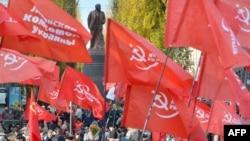 Комуністи перед пам'ятником Леніну в Києві, фото 7 листопада 2012 року