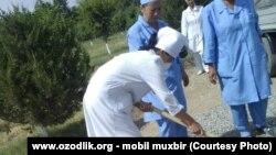 Медработников в Узбекистане часто привлекают к хлопкоуборочным работам, а также традиционным субботникам и воскресникам.