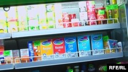 Молочные и другие продукты на магазинных полках.