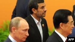 Володимир Путін (л) і Махмуд Ахмадінеджад (с) разом із головою Китаю Ху Цзіньтао (п) на саміті Шанхайської організації співпраці в Пекіні 7 червня 2012 року