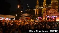 Ратушная площадь Вены смотрит финал Евровидения
