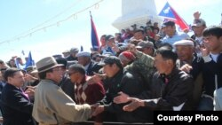 Mongolian President Tsakhia Elbegdorj campaigns earlier this month.