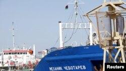 Нафтовий танкер під російським прапором на морській базі в столиці Лівії, Тріполі, після захоплення її силами уряду. 17 листопада 2015 року