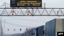 Грузовые фуры на пограничном переходе в Смоленской области на границе Беларуси и России.