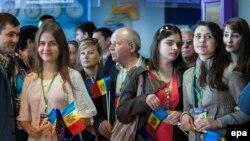 Молдовалык студенттер Еврошаркет менен визасыз каттам күчүнө кирген алгачкы күнү Кишинев эл аралык аэропортунда рейсин күтүп турушат, 28-апрель, 2014