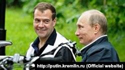 Дмитрий Медведев и Владимир Путин в Горках в июне 2011